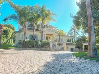 Luxury 5 bed villa ideally situated in the heart of Quinta Do Lago
