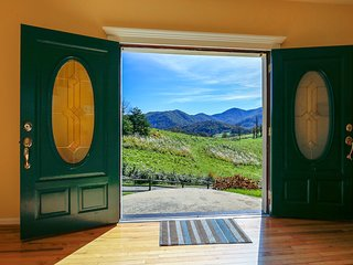15 MIN TO DT ASHEVILLE- SLEEPS 11-22, STUNNING VIEW, JACUZZI, FP, POOL TABLE