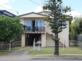 Cedar Lookout: Family friendly home, 100m to waterfront, BBQ deck, Sleeps 12