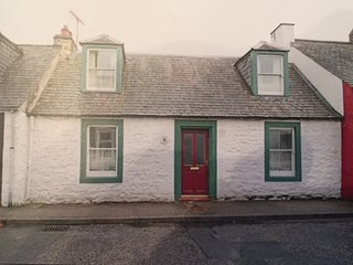 Traditional 18th Century Stone Built Scottish Cottage Close To High Street