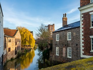 Walmgate Cottage - Riverside Setting & Parking!