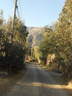 Camino de tierra por el que se llega al pasaje de entrada a la casa.