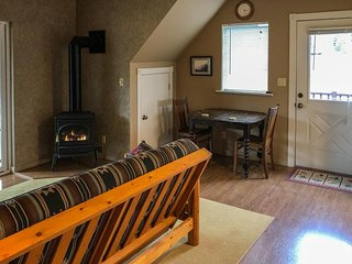 Charming getaway with wood stove on riverfront property - 1 dog Ok!