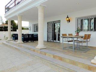 Casa con gran Jardin y frente al mar