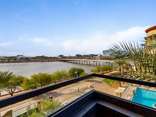 On Tempe Town Lake Walkable to dining, shops, & ASU, w/Heated Pool, Spa, Fitness