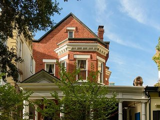 Stunning 6BR–in the Heart of the Historic District w/ Free Parking