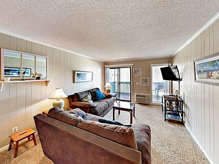 2BR w/ Private Ocean-View Balcony, Pool & Grill – Steps to Beach