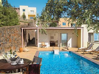 2 bedroom Villa with Pool, Air Con, WiFi and Walk to Shops - 5707430