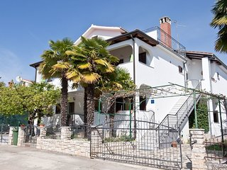 Spacious apartment very close to the centre of Novigrad with Parking, Internet,