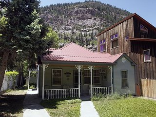 Adorable Historic Home - Pet Friendly - 2 Blocks to Hot Springs