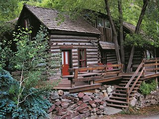 Quaint Historic Cabin - Near Downtown - Pet Friendly