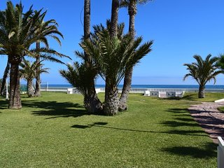 Spacious apartment a short walk away (98 m) from the 'Playa de Les Bovetes' in D