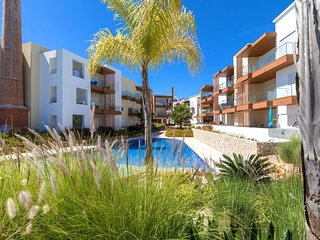 Spacious apartment in the center of Portimao with Lift, Parking, Internet, Washi