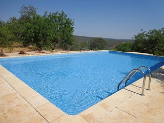 Spacious villa close to the center of Salir with Parking, Internet, Washing mach