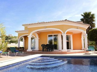 Spacious villa very close to the centre of Calp with Internet, Pool