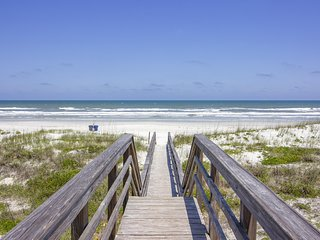 Charming Beach Cottage ~ Steps to the Beach ~ Minutes to Historic Downtown