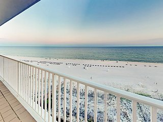 Beachfront All-Suite 3BR Corner-Unit w/ Balcony, Pool & Hot Tub