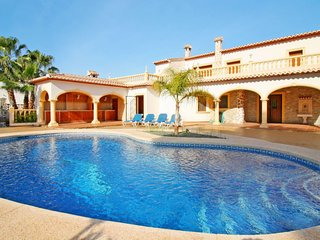 4 bedroom Villa with Air Con, WiFi and Walk to Beach & Shops - 5714813