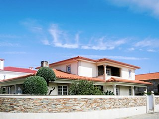 4 bedroom Villa with WiFi and Walk to Beach & Shops - 5715675