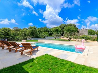 Kucici Holiday Home Sleeps 8 with Pool Air Con and Free WiFi - 5715199