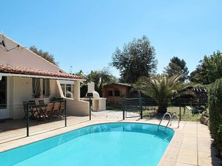 Le Mitan Holiday Home Sleeps 8 with Pool Air Con and Free WiFi - 5715074