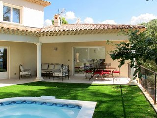 Draguignan Holiday Home Sleeps 6 with Pool and Free WiFi - 5714897