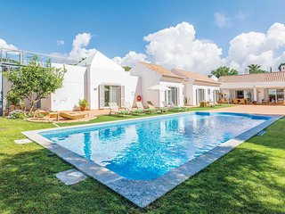 Spacious villa with a hottub and outdoor dining.