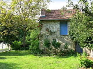 Saint-Sulpice-les-Feuilles Holiday Home Sleeps 9 with Pool and Free WiFi