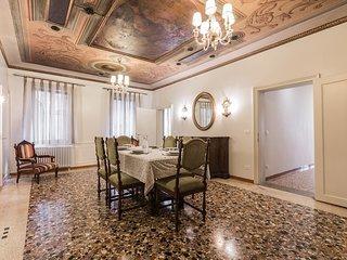 Ca' dell'affresco family apartment by Saint Mark's