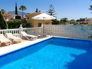 Spacious villa in Las Lagunas de Mijas with Parking, Internet, Washing machine,