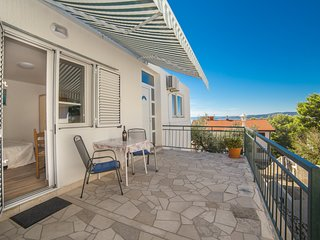 Cozy apartment in the center of Brela with Parking, Internet, Air conditioning,