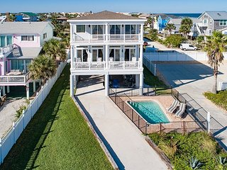 Waterfront Pirate's Paradise w/Pool, Balconies & Ocean View - Walk Everywhere