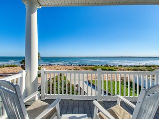 Oceanfront Pirate's Paradise w/Pool, Balconies & Ocean View - Walk Everywhere