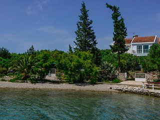 Great holiday home with 3 bedrooms situated in the peaceful natural bay