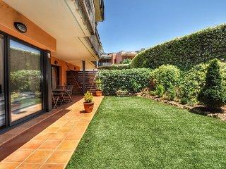Sa Boadella. Apartment with garden