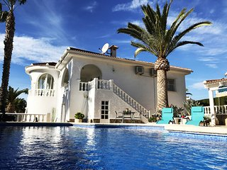 Costa Azul - Luxury Villa - Quesada Center - Private Pool, BBQ, Terrace, Garden