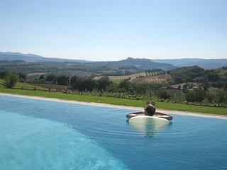 Luxury villa for 8 - 16, infinity pool & guest cottages. Panoramic view of Todi