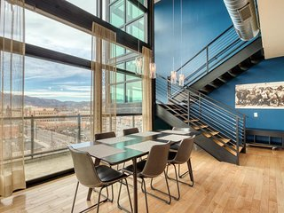 Modern condo w/ amazing city/mountain views, deck, fireplace & shared gym!