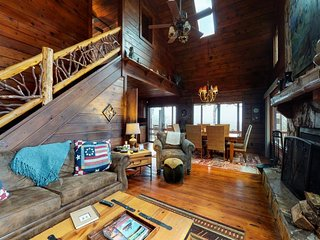 NEW LISTING! Elegant log cabin w/private hot tub & fireplace-minutes to downtown
