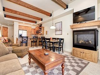 2BR Newpark Townhome w/ Hot Tub, Minutes from Skiing, Shopping, & Restaurant