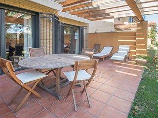 Bonita casa con terraza y salida a piscina comunitaria, cerca de la playa