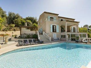 06.721 - Villa with privat...