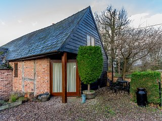 THE GRANARY, pet friendly, character holiday cottage, with open fire in Church