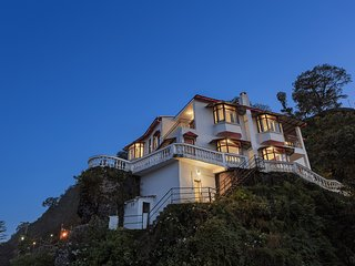 Trishul - 4BR Holiday Home over-looking Mussoorie with Home-Cook & Fireplace