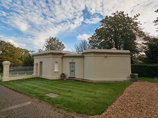 EAST LODGE, one king size bedroom, Rockbourne