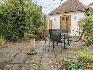 WOLSTONBURY, enclosed garden, double bed, Clayton