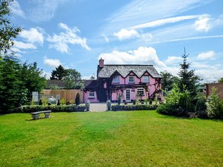 PARK HOUSE, en-suite facilities, open fire, WiFi, pet-friendly, in Crossgates