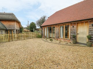 CRESS BARN, WiFi, underfloor heating, open-plan living, Warminster