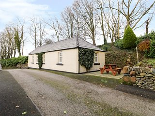 GARDEN COTTAGE, WiFi, electric fire, in Castle Douglas