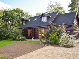 LAKELAND LODGE, family rooms, pet-friendly, hot tub, Pentney
